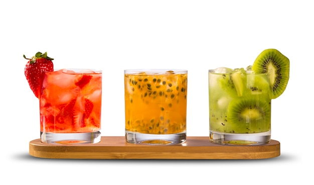Três drinks feitos com caipirinha de maracujá, morango e kiwi Foto Premium