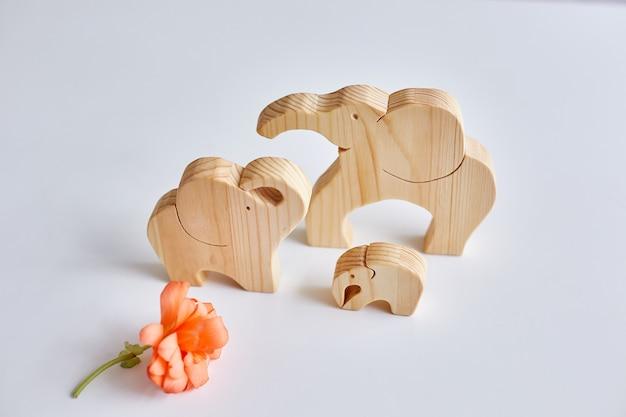 Três elefantes de madeira feitos por um quebra-cabeças. passatempo em casa