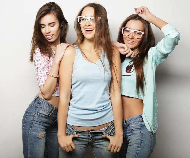 Três elegantes melhores amigas de meninas hippie sexy. sobre fundo branco.
