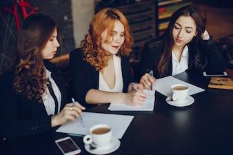 Três empresárias em um café