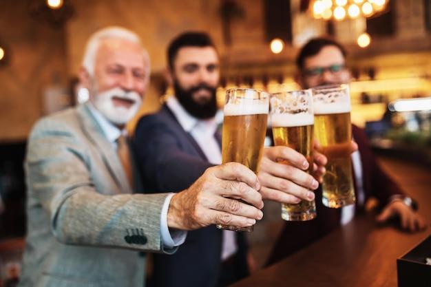 Três empresários comemorando trabalho bem-sucedido no restaurante.