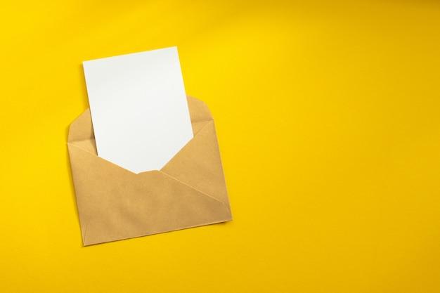 Três envelopes de papel kraft em um modelo de fundo vermelho.