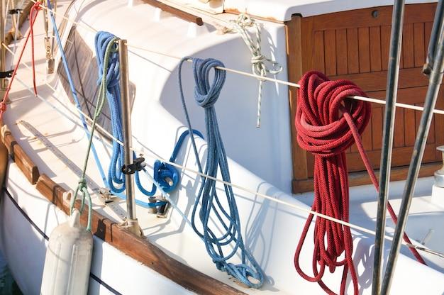 Três escoceses náuticos diferentes que penduram no convés do iate à vela