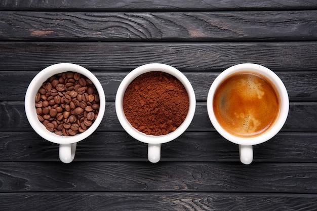 Três estágios de café - feijão, café moído e café soldado