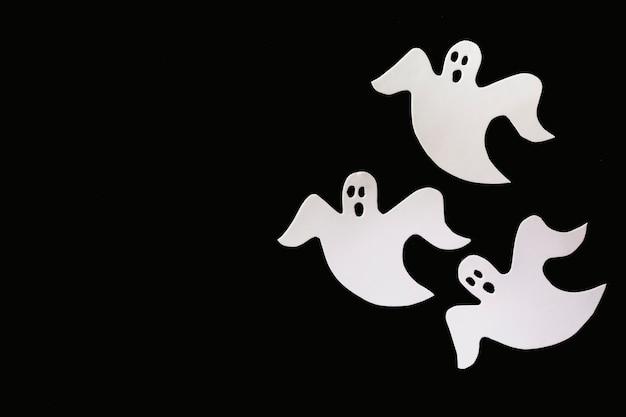 Três fantasmas feitos de papel branco
