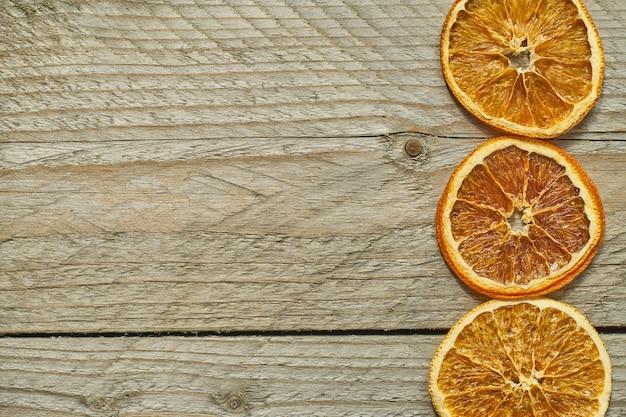 Três fatias de laranja secas, vista superior, copie o espaço