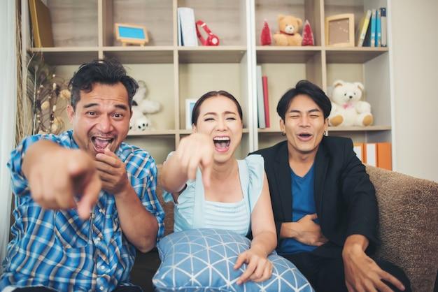 Três, feliz, amigos, falando, e, grande, rir, após, observar, piada, história