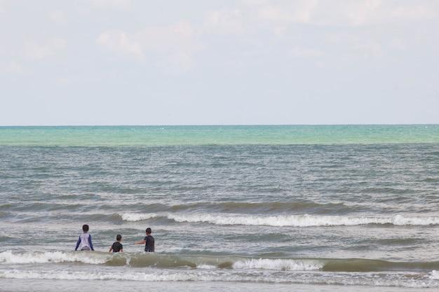 Três, feliz, crianças, tocando, praia, em, a, tempo dia