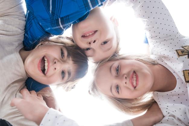 Três filhos felizes