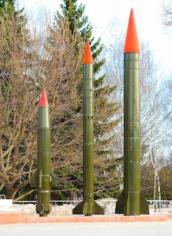Três foguetes verticais objeto hd fundo