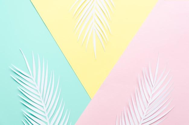 Três folhas de palmeira de papel na mesa