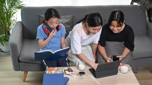 Três garotas se divertindo com o dispositivo em casa.