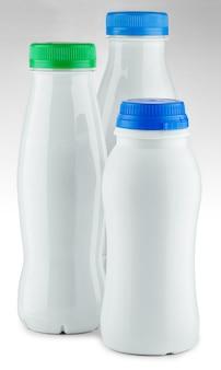 Três garrafas brancas com tampa colorida