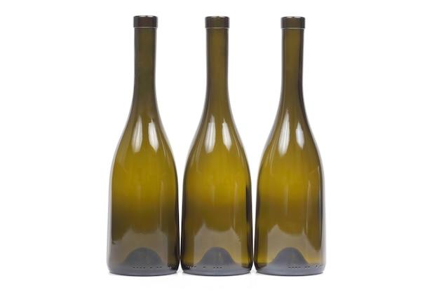 Três garrafas de vinho vazias em fundo branco