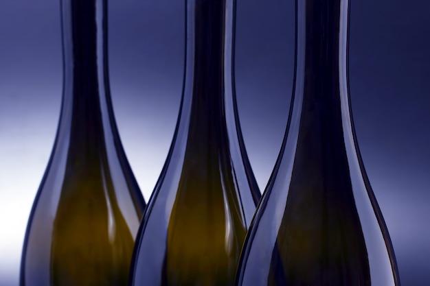 Três garrafas de vinho vazias fecham-se