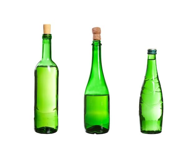 Três garrafas vazias sem rótulo isoladas em branco
