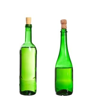 Três garrafas vazias sem rótulo isoladas na parede branca