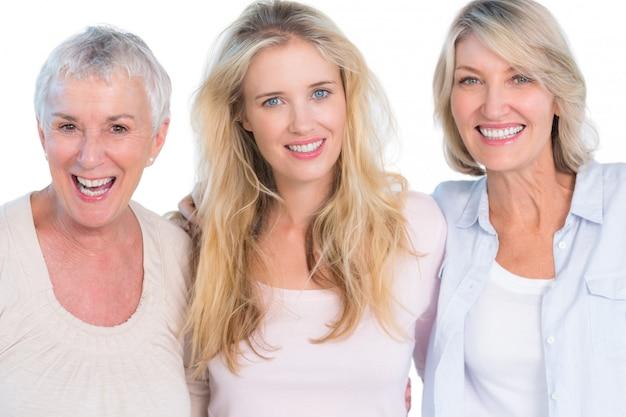 Três gerações de mulheres alegres sorrindo