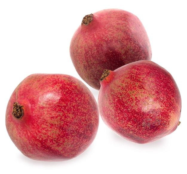 Três granadas vermelhas maduras. definir frutas de romã madura vermelha no fundo branco. conceito vegetariano.