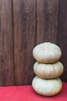 Três grandes abóboras na mesa