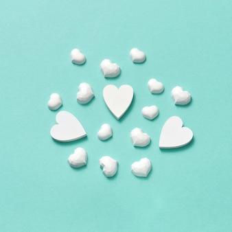Três grandes corações de gesso branco, conceito de amor