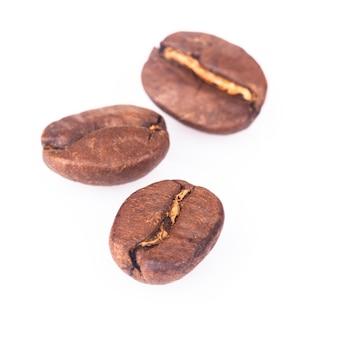 Três grãos de café isolados no fundo branco