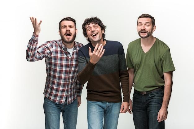 Três homens estão sorrindo