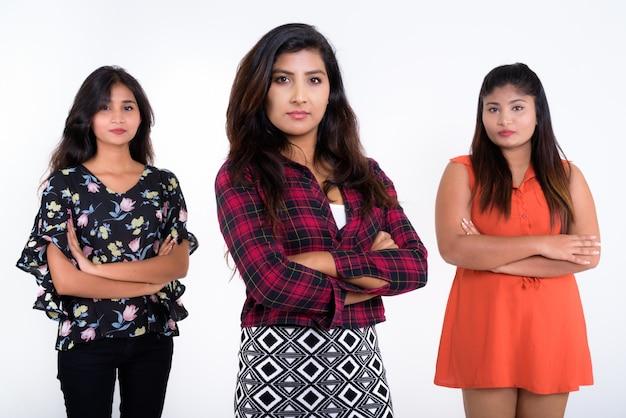 Três jovens amigas persas em pé