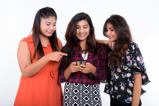 Três jovens amigas persas felizes sorrindo