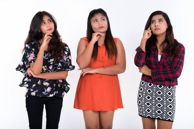 Três jovens amigas persas pensando