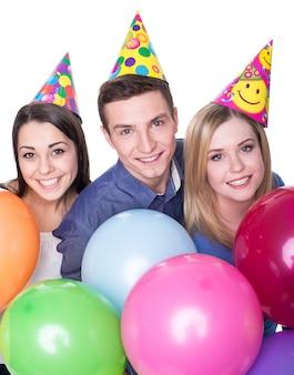 Três jovens amigos se divertindo na festa de aniversário.