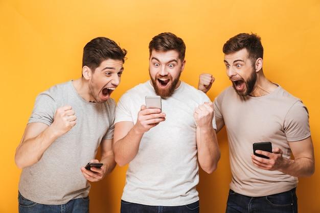 Três jovens animados