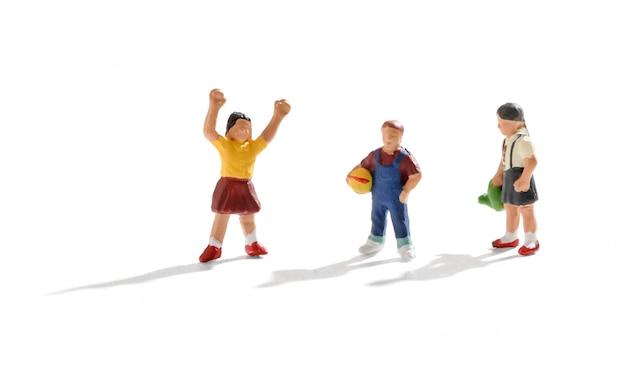 Três jovens crianças em miniatura brincando juntos