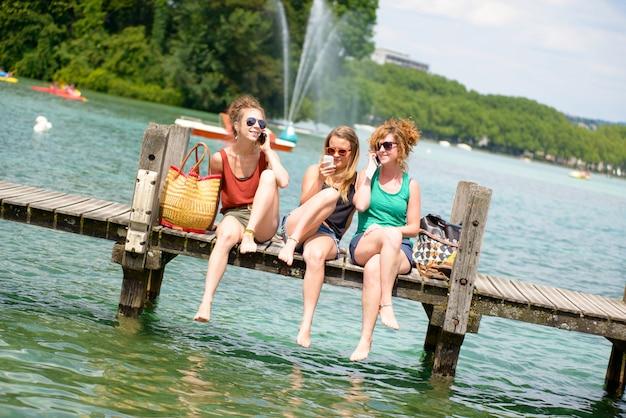 Três jovens fazem turismo na frança