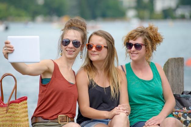 Três jovens fazem turismo