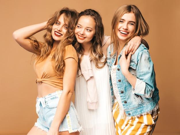 Três jovens lindas meninas sorridentes em roupas casuais na moda verão. mulheres sexy despreocupadas posando. modelos positivos