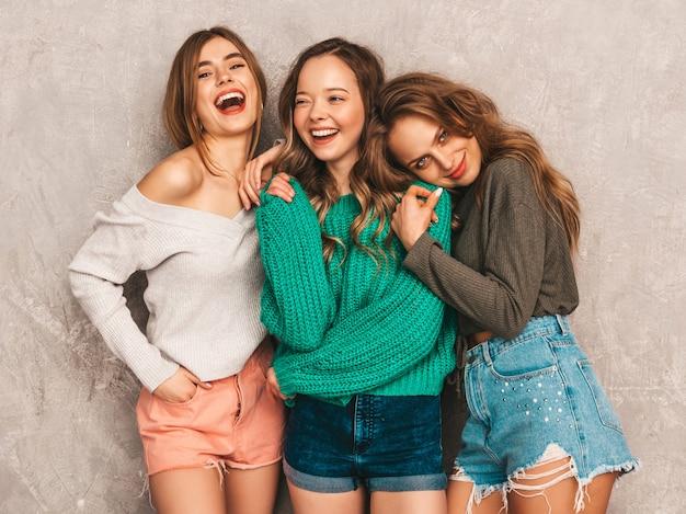 Três jovens lindas sorrindo lindas garotas em roupas da moda no verão. mulheres sexy despreocupadas posando. modelos positivos se divertindo
