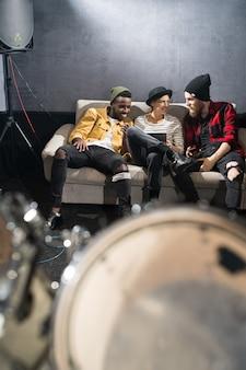 Três jovens relaxando no estúdio