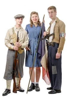 Três jovens resistência francesa, roupas vintage e armas, reconstituição