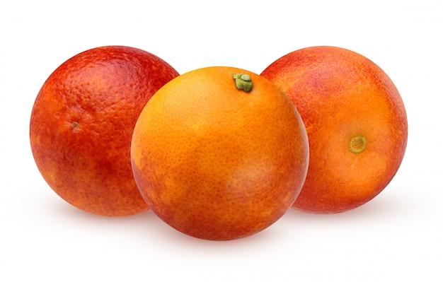 Três laranjas vermelhas sangrentas isoladas