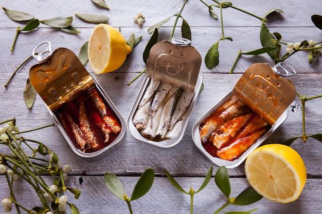 Três latas de sardinha de saco