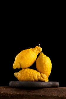 Três limões esburacados, close-up. a tendência é comer frutas feias.