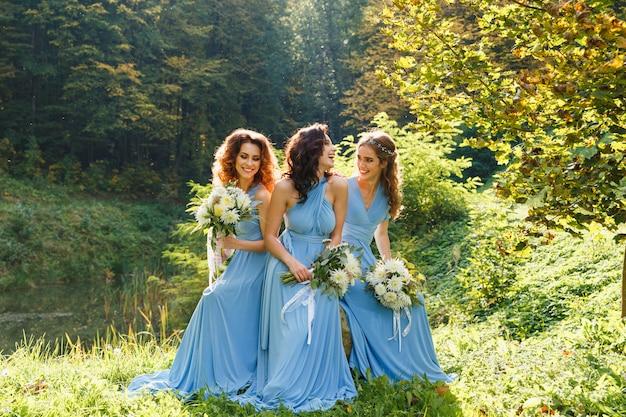 Três lindas damas de honra