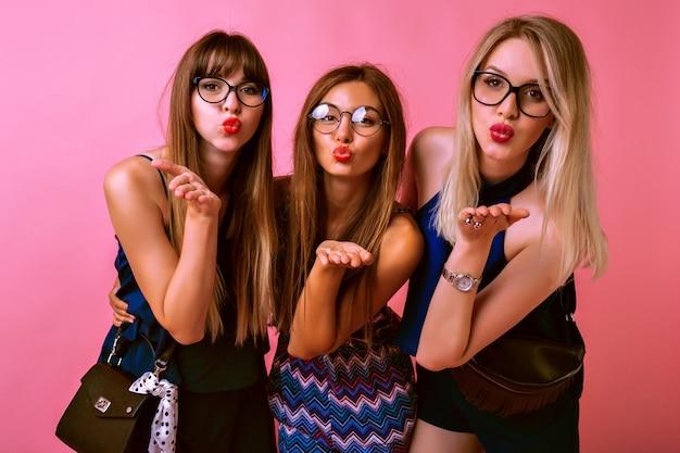 Três lindas melhores amigas mandando beijos