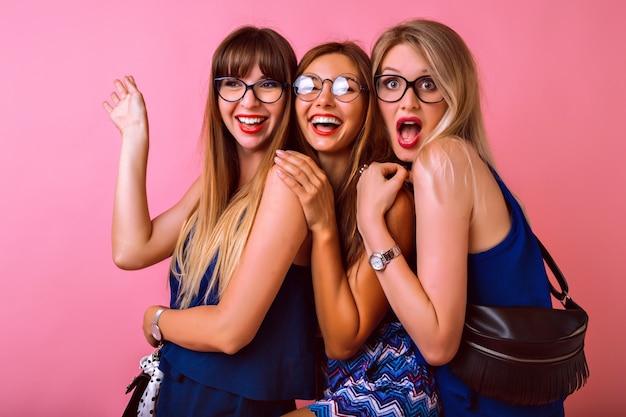 Três lindas melhores amigas posando
