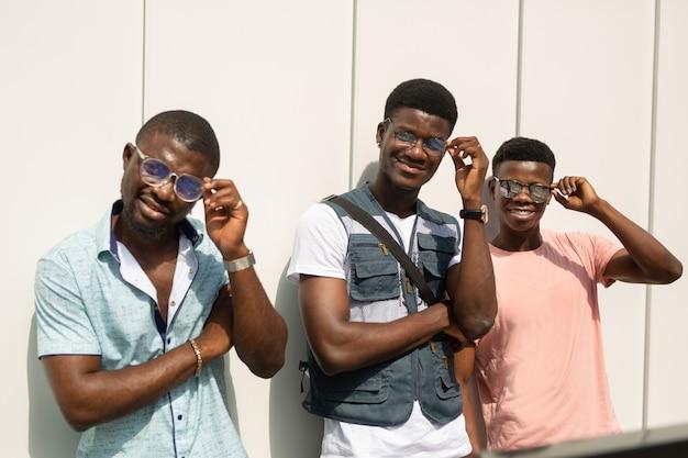 Três lindas turistas africanas de óculos