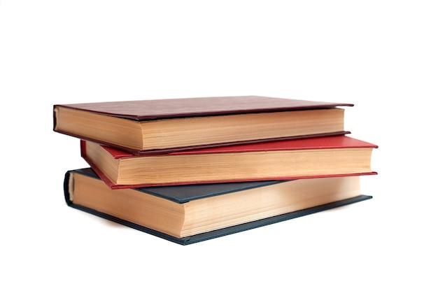 Três livros de capa dura sobre um fundo branco