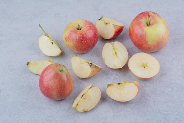 Três maçãs inteiras com fatias em fundo branco. foto de alta qualidade