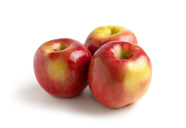 Três maçãs isoladas do fundo branco