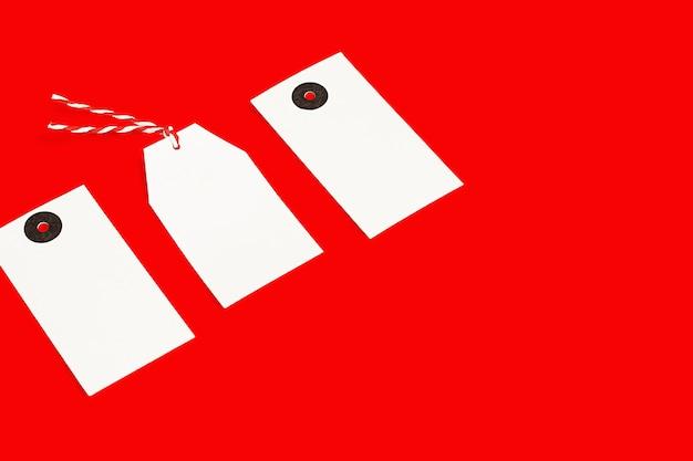 Três marcas brancas sobre um fundo vermelho